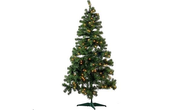 Künstlicher Weihnachtsbaum mit Beleuchtung im Test.